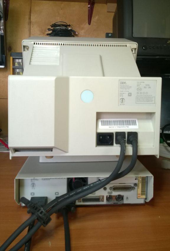 Monitora/sistēmbloka kabeļu savienojumi